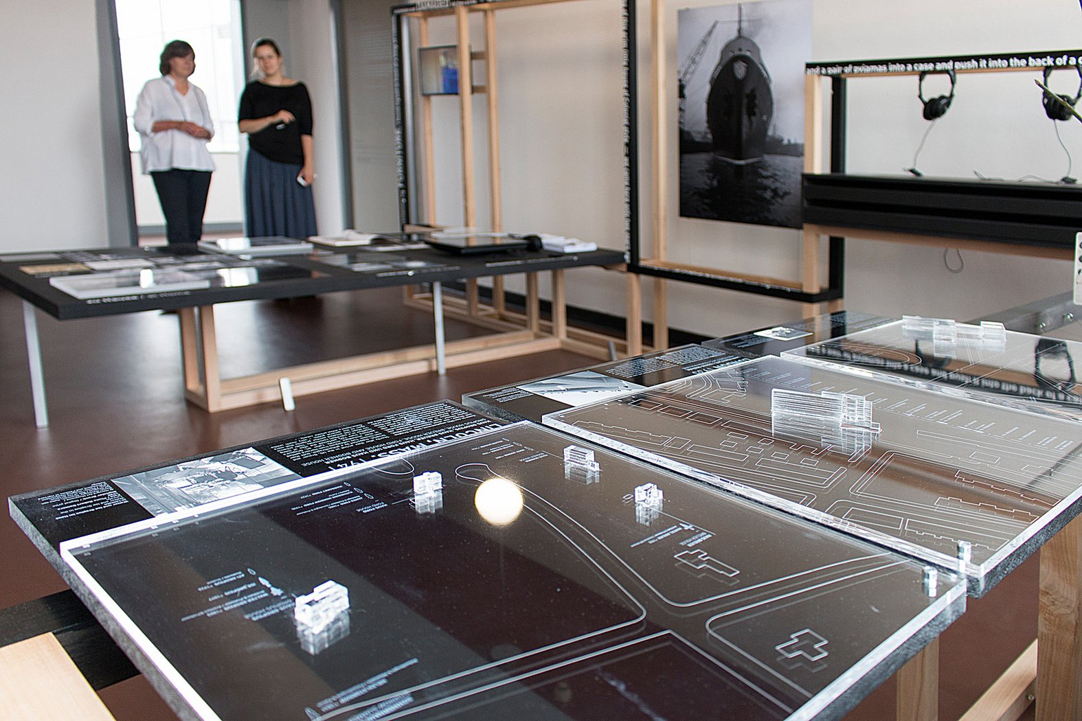 desk in exile bauhaus lab global modernism stiftung. Black Bedroom Furniture Sets. Home Design Ideas