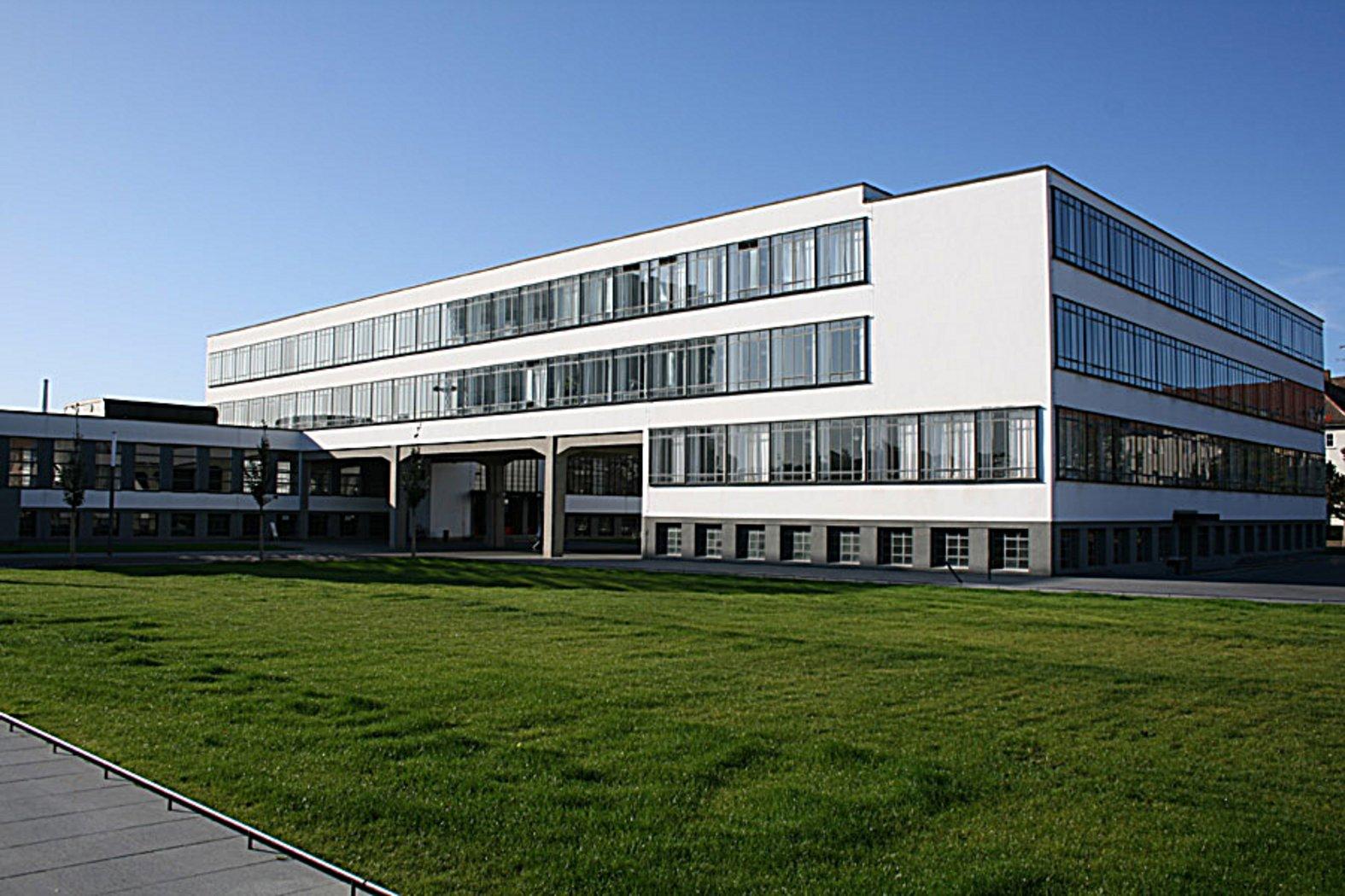 Bauhaus Building by Walter Gropius (1925–26) : Bauhaus Building