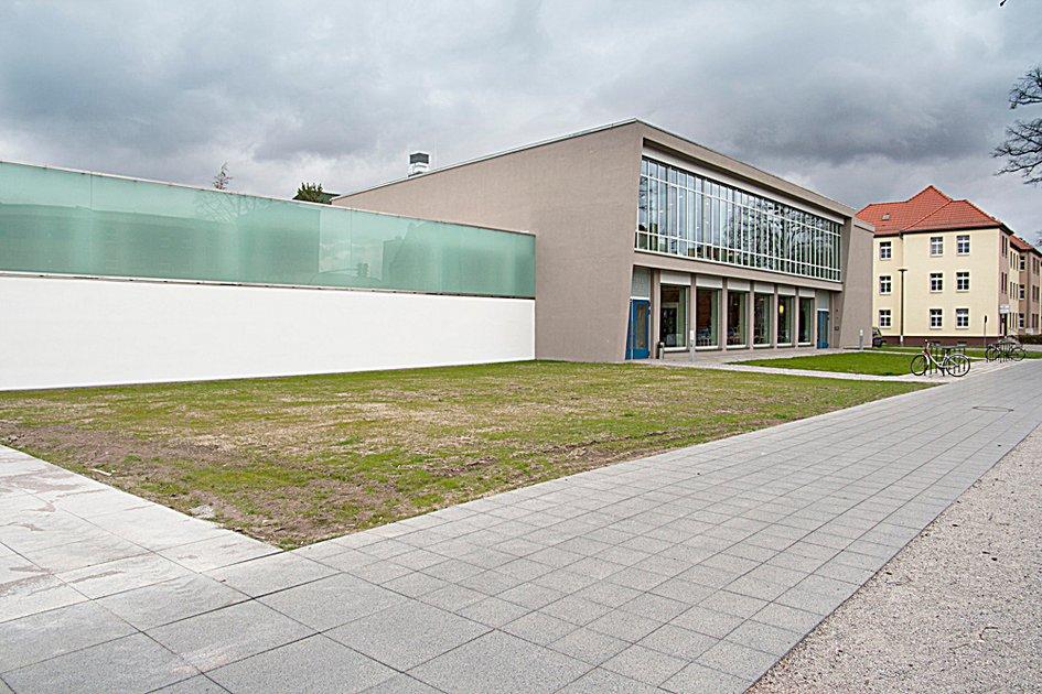 die neue bibliothek umbau der kaufhalle am bauhaus 2012 die neue bibliothek stiftung. Black Bedroom Furniture Sets. Home Design Ideas